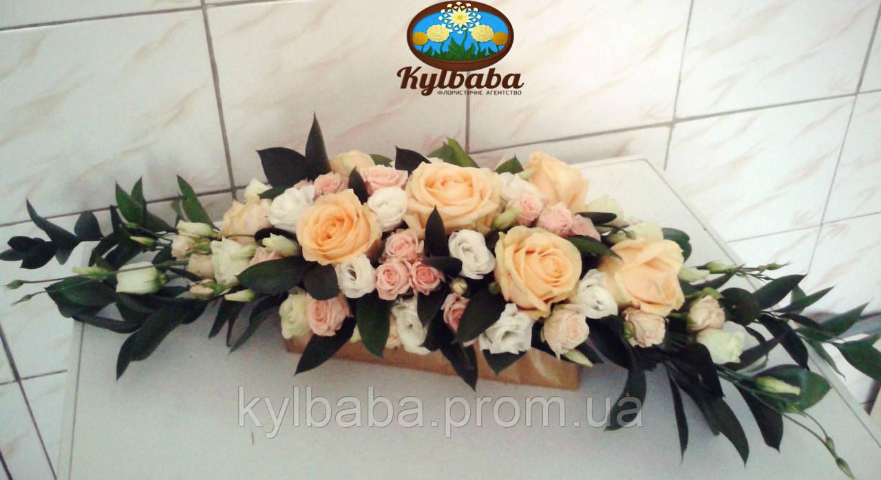 Композиция на президиум из кремовой крупноголовой розы, розовой кустарной розы, белой эустомы, листья рускуса