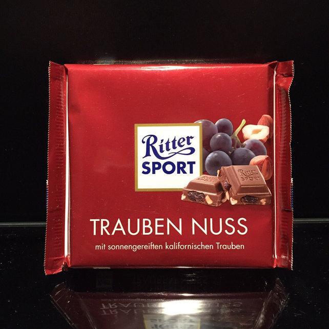 Вкусный молочный шоколад с кусочками изюма и жаренного миндаля Ritter Sport Trauben Nuss