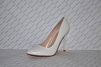 Туфли лодочки на шпильке  белые