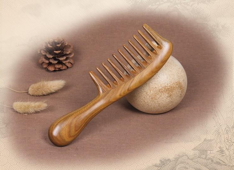 Расческа из сандала натуральная с редкими зубьями