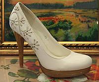 Туфли белые с вышивкой