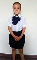 Красивая детская блузка белого цвета с жабо