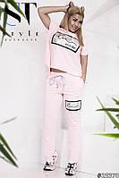 Модный женский костюм, однотонная футболка и штаны с накатом.