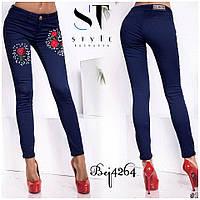Стильные женские джинсы с вышивкой.