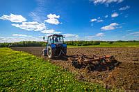 Послеуборочная обработка земли с помощью трактора.