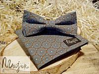 Набор тканевой бабочки с нагрудным платком коричнево-бирюзового цвета в ажурные кружочки Классик1