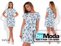 Нежное женское короткое платье с цветочным принтом и пояском в комплекте голубое