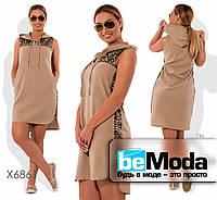 Удобное женское платье свободного кроя с капюшоном и декоративными пайетками коричневое