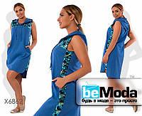 Удобное женское платье свободного кроя с капюшоном и декоративными пайетками синее