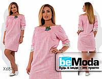 Свободное женское платье с открытыми плечами и кружевом на манжетах розовое