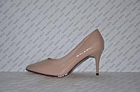 Туфли лодочки на небольшой шпильке бежевого цвета лаковые