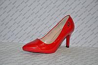 Туфли лодочки на небольшой шпильке красного цвета лаковые