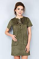 Модное темно-зеленое замшевое платье со шнуровкой и карманами