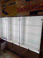 Торговое оборудование для продажи аксессуаров под мобильные телефоны на основе витрин с подсветкой и прилавка ресепшн