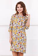Стильное женское прямое платье до колен с ярким принтом Цветы на бежевом