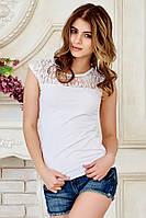 Нарядная женская белая футболка с гипюром