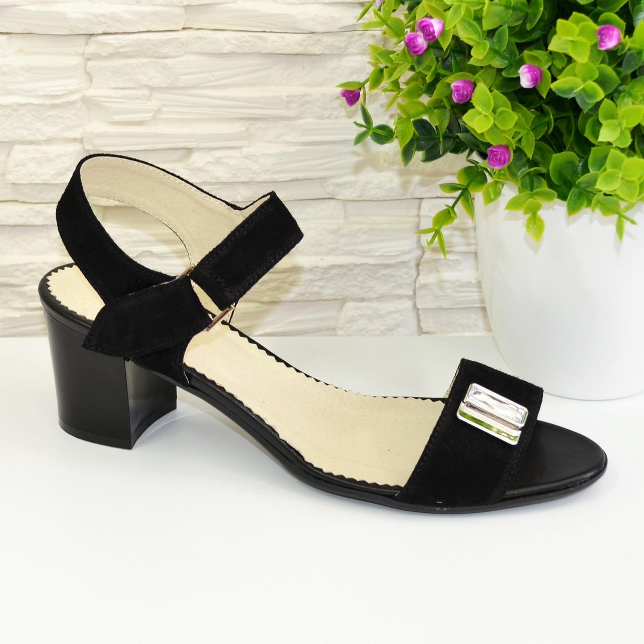 Женские замшевые черные босоножки на невысоком каблуке, декорированы фурнитурой.
