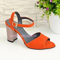 Женские замшевые босоножки на устойчивом каблуке, цвет оранжевый.