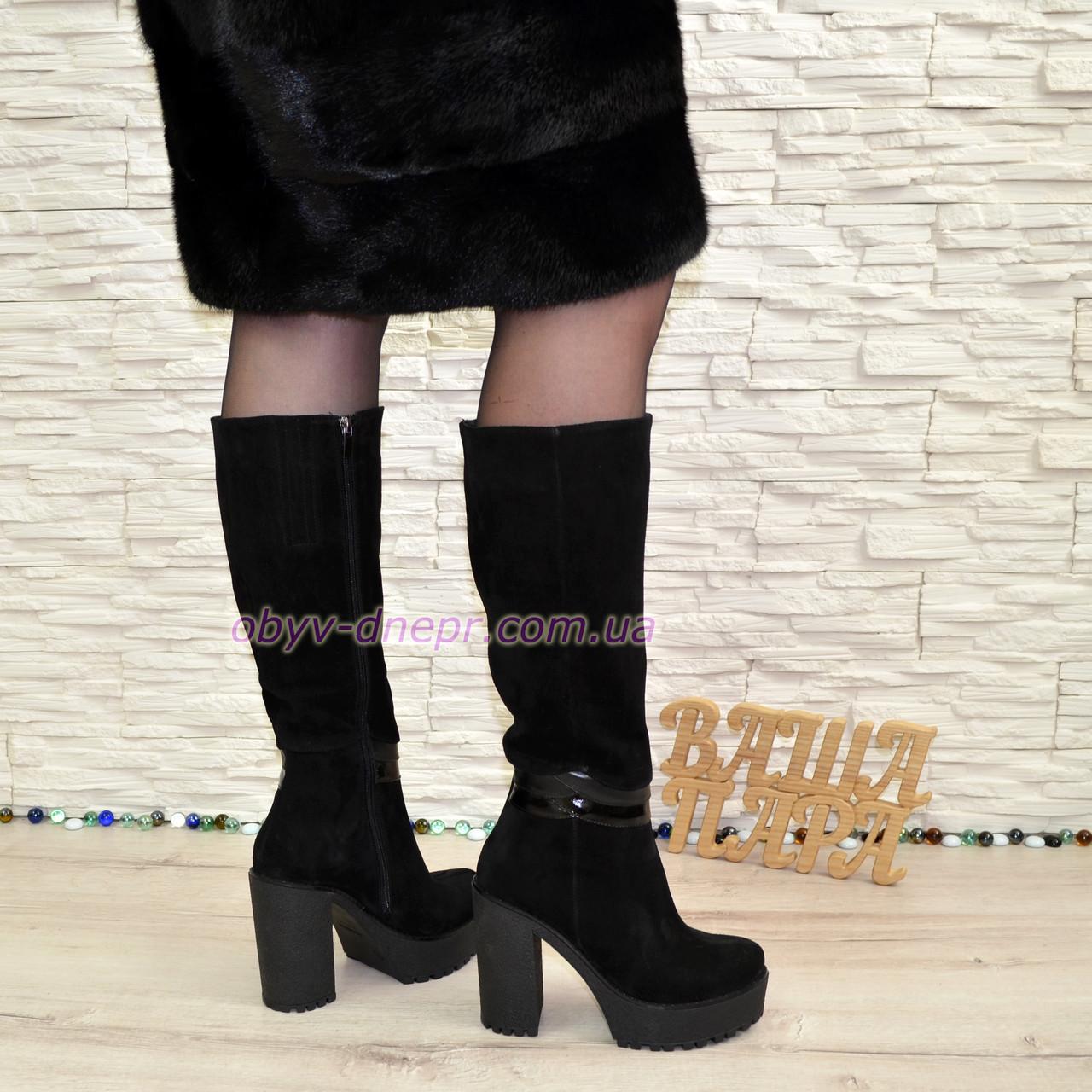 Женские зимние замшевые сапоги на высоком каблуке, декорированы вставками из кожи и лаковой кожи.