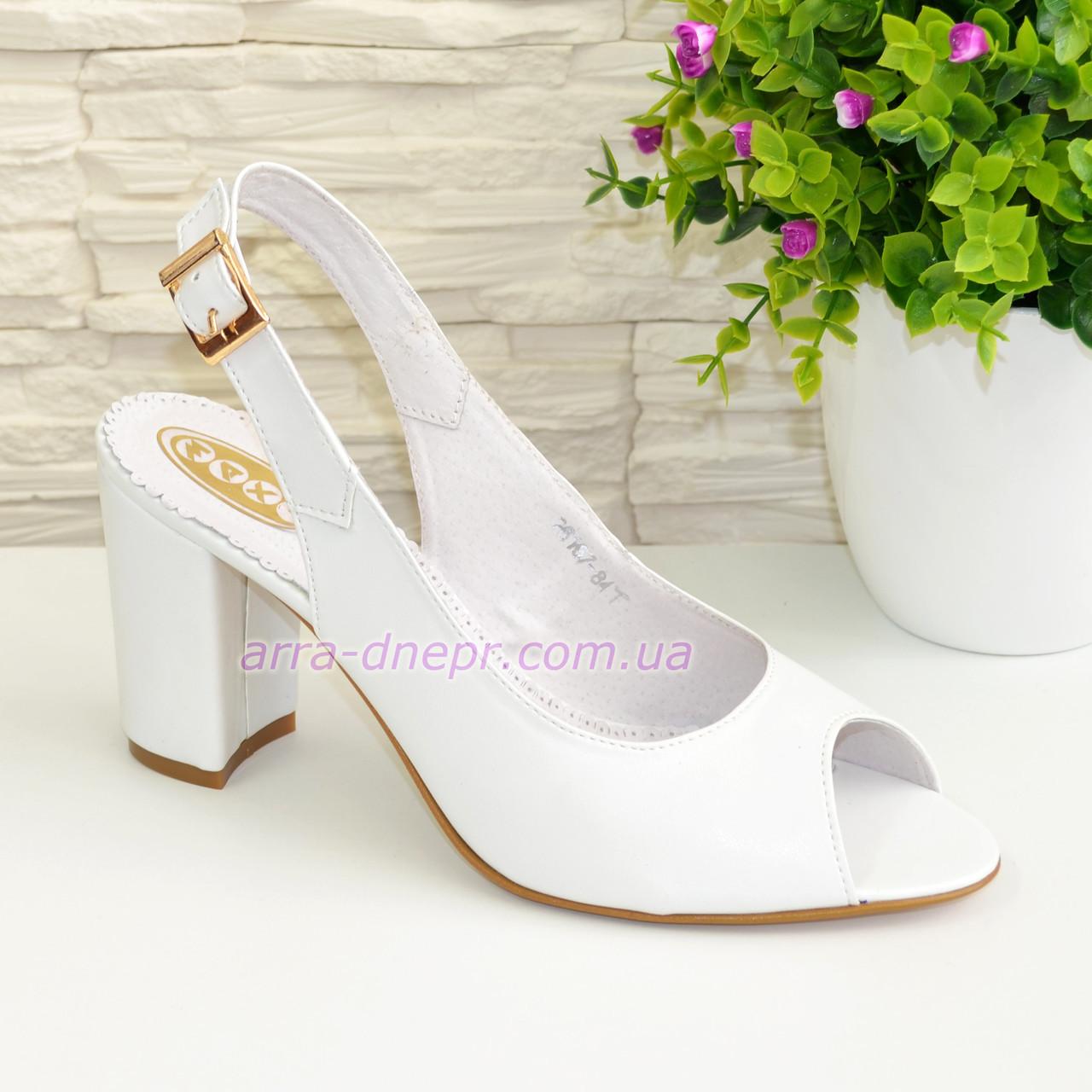 Женские кожаные босоножки на устойчивом высоком каблуке. Цвет белый.
