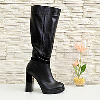 Женские демисезонные кожаные сапоги на высоком каблуке, декорированы вставками из лаковой кожи и замши.