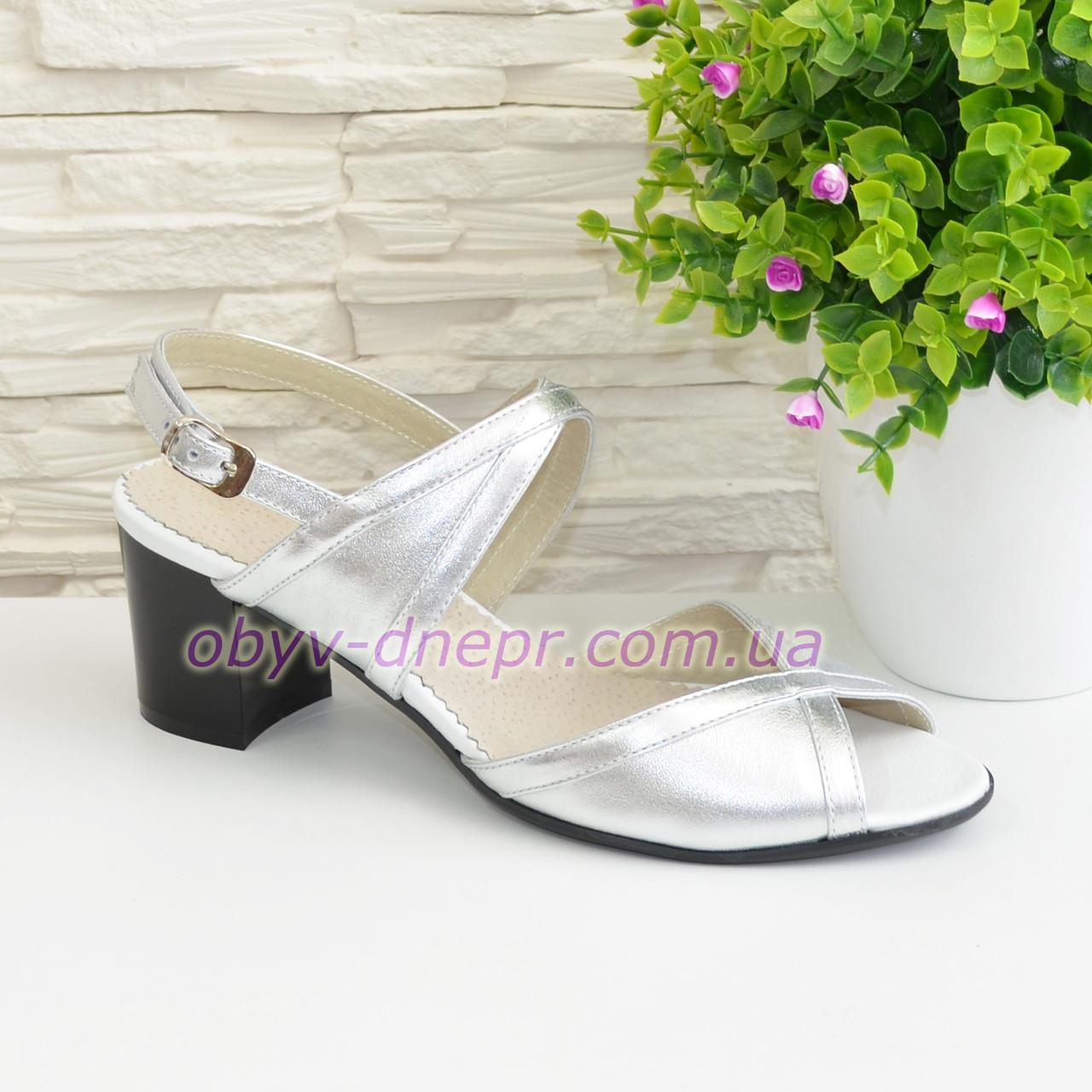 Женские серебристые босоножки на устойчивом каблуке