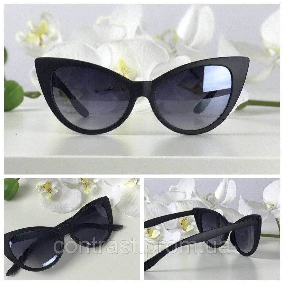Классические солнезащитные очки kitten eye в монохромном дизайне
