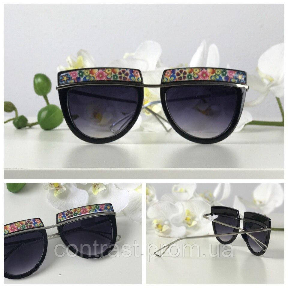 Эффектные солнезащитные очки формы browliners с принтованной оправой