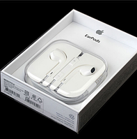 Наушники EarPods фирмы Apple в упаковке
