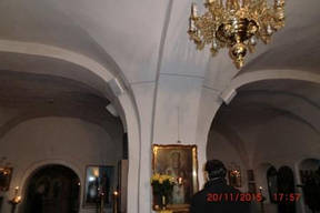 Таким образом размещены громкоговорители в зале храма
