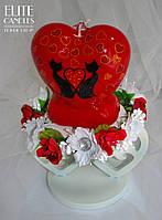 Свеча формы сердца красного цвета с рисунком акрилом двух котиков