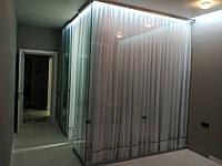 Стеклянная гардеробная комната, раздвижка в квартире