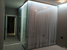 Раздвижные перегородки. Стеклянная гардеробная комната.