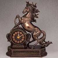 """Красивые каминные часы """"Вздыбившийся конь"""" 28х32 см покрытые бронзой"""