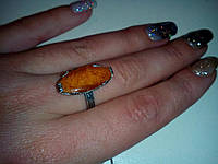 Кольцо с натуральным сахарным янтарем в серебре