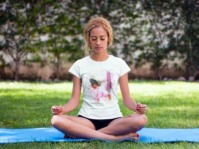 Женская белая футболка футболка бабочка с цветком