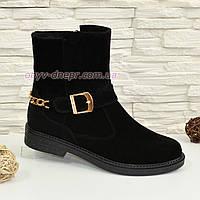 Ботинки замшевые черные женские зимние на невысоком каблуке, декорированы цепью и ремешком.