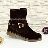 Ботинки замшевые коричневые женские зимние на невысоком каблуке, декорированы цепью и ремешком. 37 размер.