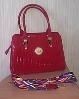 Лаковая красная сумка с цветным тканевым ремнем