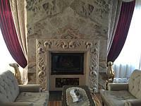 Великолепный камин, тело которого облицовано цельным, красивейшим и эксклюзивным слябом мрамора. Портал камина выполнен из резного мрамора ручной работы. В вечернее время тело камина подсвечивается изнутри!