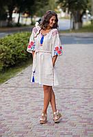 Белое льняное платье с вышитым узором из роз
