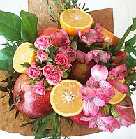 Букет из живых цветов и фруктов
