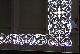 Зеркало с подсветкой и красивым орнаментом