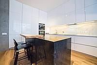 Белая глянцевая кухня со скрытыми ручками и островом