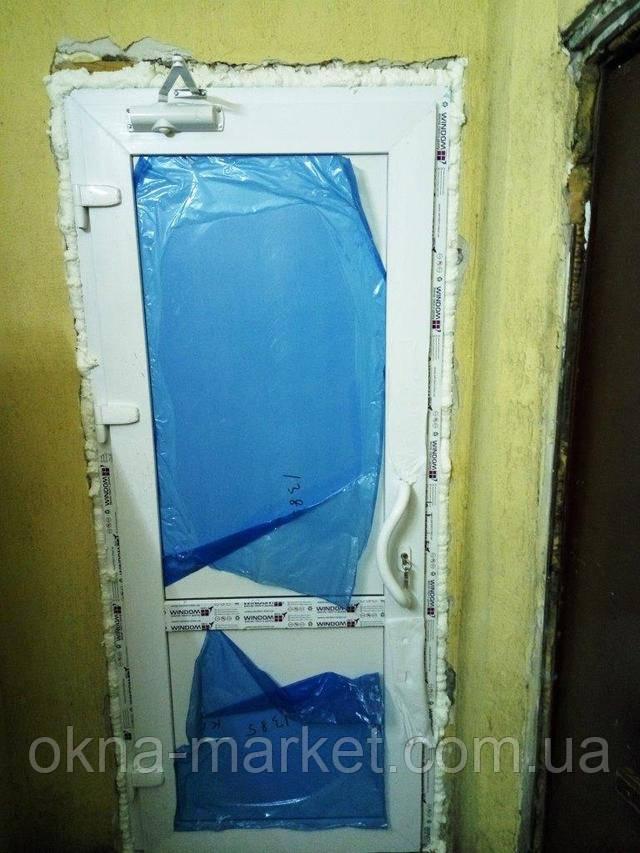Входные ПВХ двери Виндом с офисной ручкой