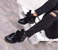 Стильные ботинки черного цвета с шипами на подошве