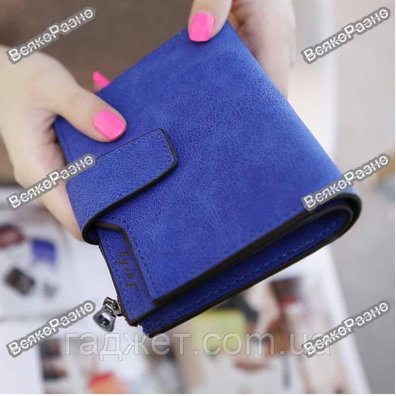 Женский кошелек синего цвета.