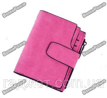 Женский кошелек светло рового цвета.