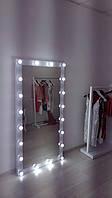 Зеркало в showroom одежды.