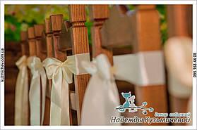 Оформление стульчиков на выездной церемонии.